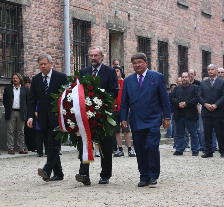 Kranzniederlegung im KZ-Auschwitz
