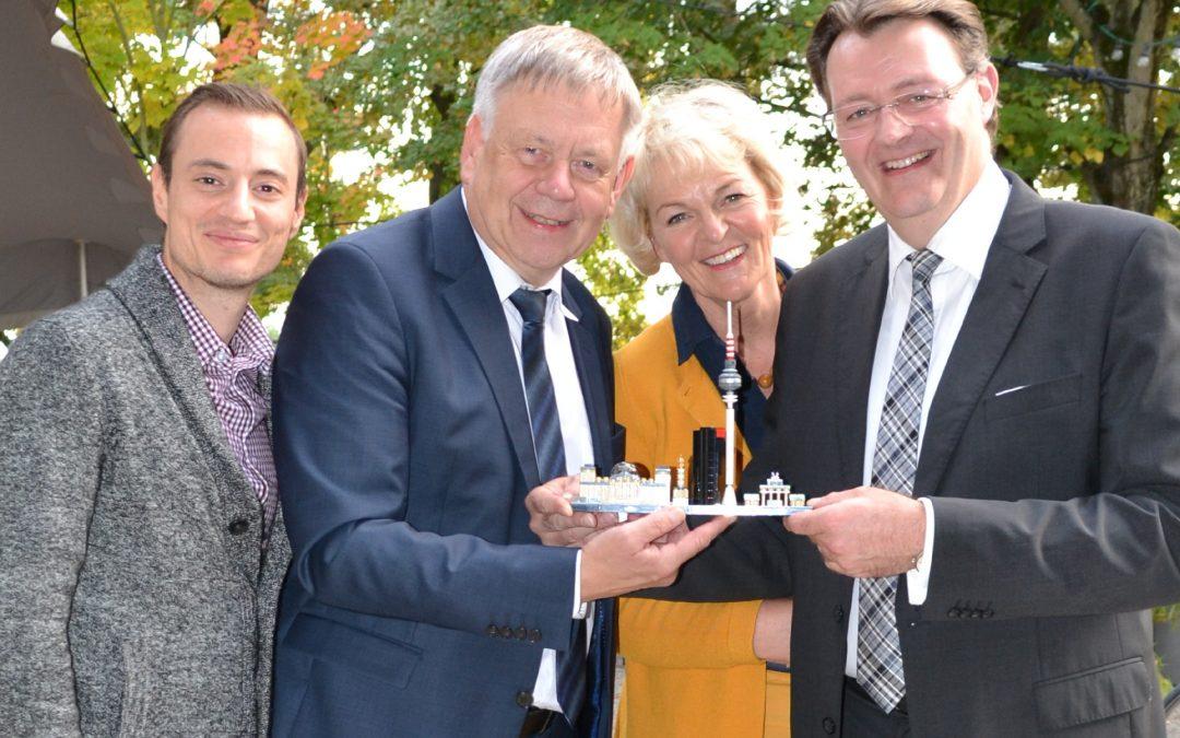 Die CSU Schwabach mit ihrem Kreisvorsitzenden Karl Freller und Stellvertreter Manuel Kronschnabel gratuliert MdB Michael Frieser zum erneuten Einzug in den Bundestag