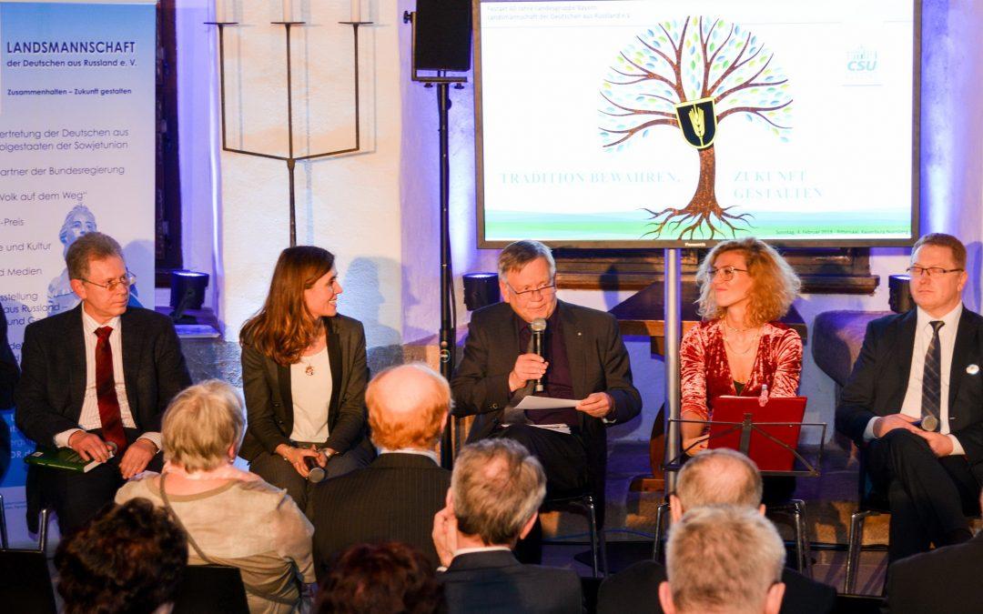 Karl Freller beim Festakt der Russlanddeutschen in Nürnberg als Moderator