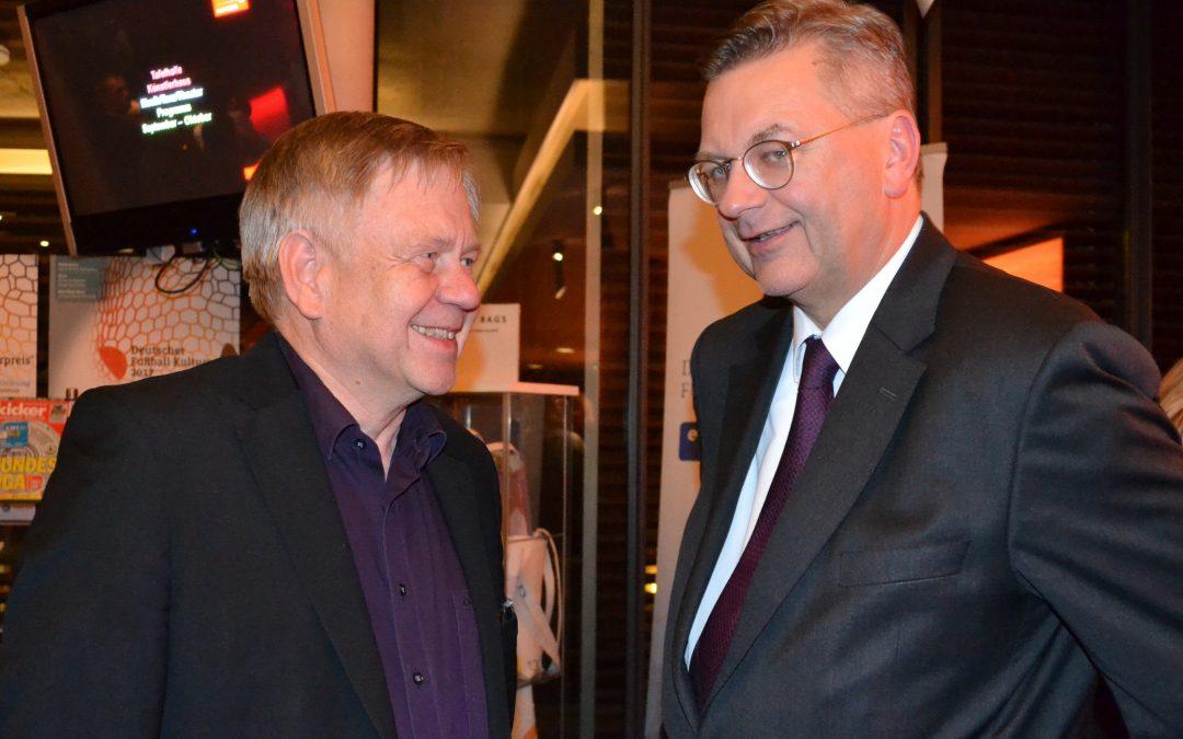 Karl Freller traf bei der Verleihung des Fußball-Kulturpreises in Nürnberg den DFB-Präsidenten Reinhard Grindel