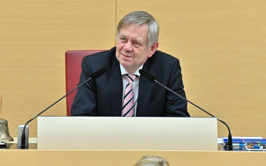 """Von """"ganz unten"""" auf den höchsten Platz im Parlament – Erster Einsatz von Vizepräsident Freller im Plenum"""