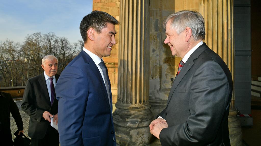 Ein Schwabacher Playmobil-Goldschläger für Kirgisiens Außenminister Landtagsvizepräsident Karl Freller im Gespräch mit Chingiz Aidarbekov