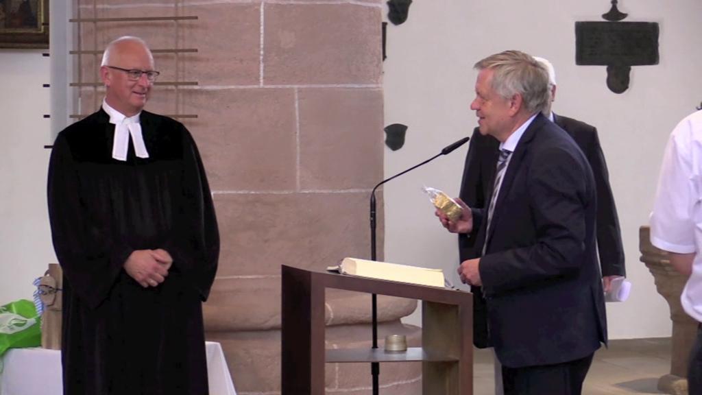 Landtagsvizepräsident Freller bei der Verabschiedung von Schwabachs Dekan Klaus Stiegler