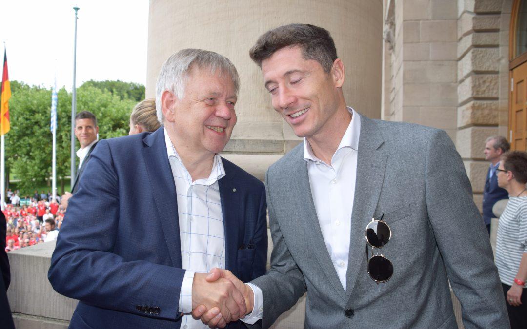 Begegnung mit dem besten Stürmer der Welt – Landtagsvizepräsident Freller trifft Robert Lewandowski