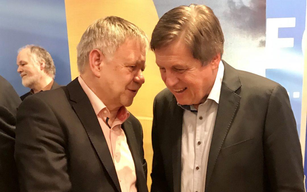 Karl Freller im Gespräch mit Astronaut Prof. Ulrich Walter bei der CSU-Klausurtagung in Seeon