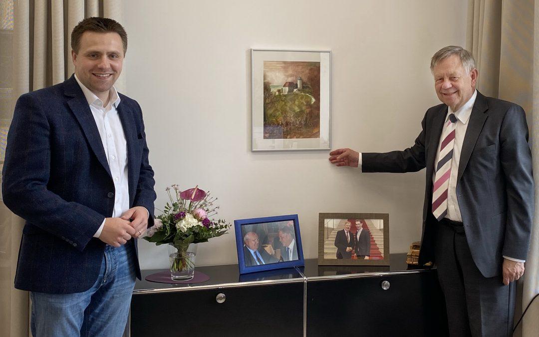 Dank aus Colmberg: Fränkisches Gemälde findet Ehrenplatz in Frellers Büro