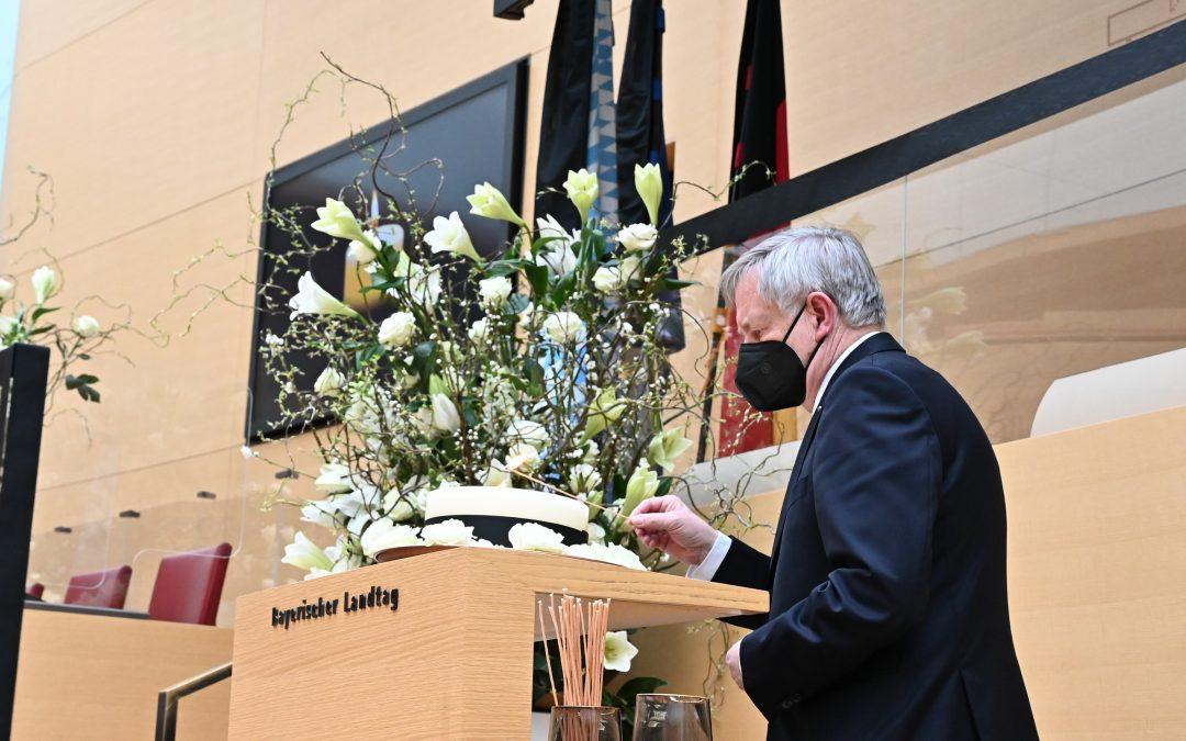 Vizepräsident Freller entzündet Kerze für die Corona-Verstorbenen